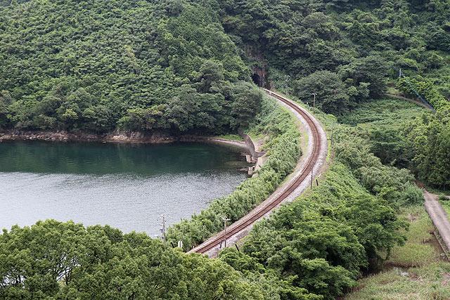 カーブ、トンネル、海、山。幾つもの条件を兼ね備えた絶好の撮影スポットだ。