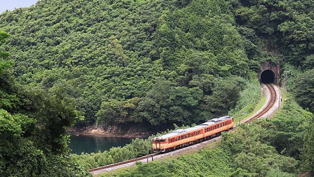 トンネル、カーブ、海、山、国鉄カラー。