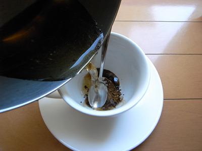 お茶でコーヒーを煎れる背徳感がおれのコスモを奮い立たせる。