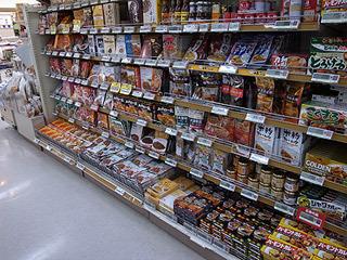札幌のスーパーではカレーよりスープカレーの棚の方が面積が広かった