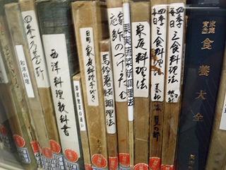 かなり古い本の数々。中を見ても読めないような字で書かれていたりする。