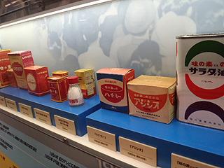 歴代の味の素製品のパッケージが並ぶ。