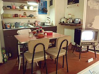 その当時の食卓風景を再現。私の子供の頃の記憶にある台所はもう少し後ですね。