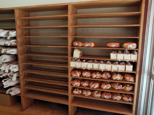 食パンとロールパンが並んでいる