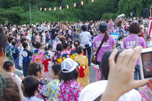 幼稚園の子供たちの盆踊りタイムでした。うちわが揃いでかわいい。
