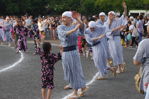 幼い女の子さえ喜ばすその舞いっぷり。