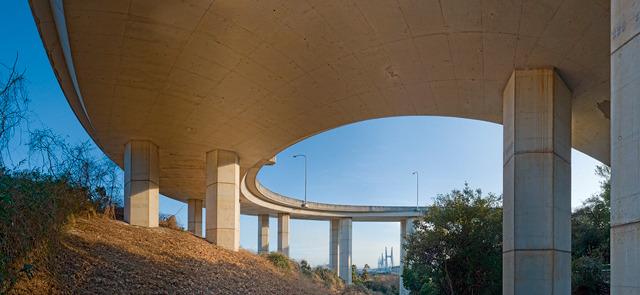 橋脚と桁の接合部のシンプルさが気になる。(大きな画像はこちら)