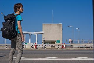 瀬戸大橋の上のバス停。ちょう高い。誰もいない。ちょっとこわい。心細い。