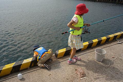 小学生の方(右)は釣りに夢中だが、4歳の方(左)は何やら違うことを。