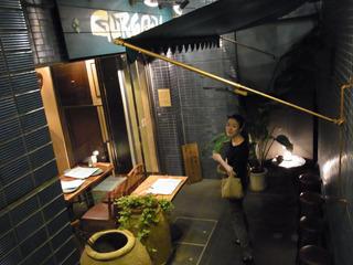 106の魅力・・「地下1階にあるインド料理グルガオン」。