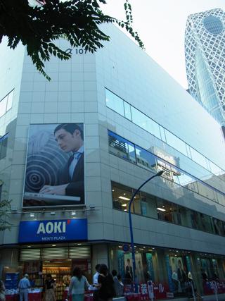 新宿西口にある107ビルはアオキ。今回初のファッションビルだ。(ただしもうすぐ閉店)
