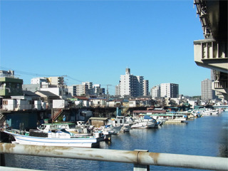 100のすぐ隣の川。どこかで見た光景だと思ったら、当サイトで大山さんが紹介していた場所の近くだった。(素敵な水辺のごちゃごちゃ建築) 確かに本物を見ると写真を撮りたくなる光景。