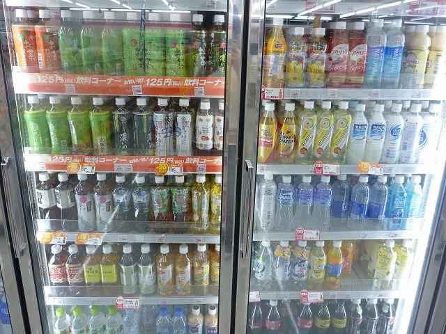 冷房の効いた店内にはつめた~い飲み物がこれでもかと陳列され。