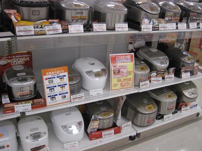 メカっぽい炊飯器=高級、と思ってたのですが、最近はメカテイストのにも手ごろなのがあったり色々なんですな