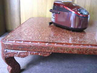 祖母宅の渋い塗りのテーブルにもまさかのマッチング