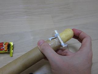 こうやってゴムごと筒に押し込み、装填する