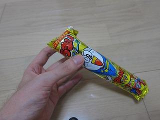筒の周りにパッケージを貼れば、通常のうまい棒と見分けがつかない