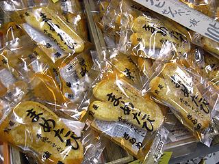 足袋菓子!足袋は行田の名産だが、せんべいになってるとは。