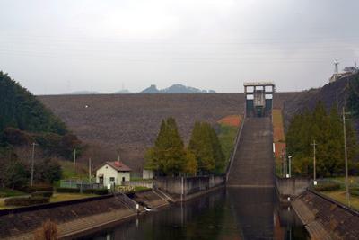 右上のダム管理所前の公園に存在する