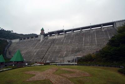 妙にメルヘンな装飾のダム