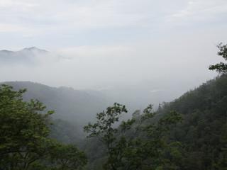 下界は雲に覆われ不吉な予感