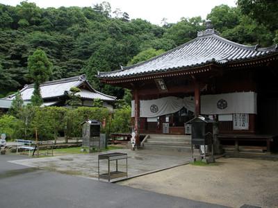 左奥の建物が68番札所である神恵院の大師堂で、右の建物が69番札所である観音寺の大師堂