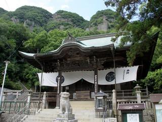 背後の山の形が面白い、85番札所の八栗寺