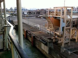 徳島から離れていくフェリー