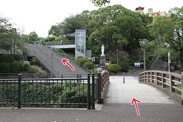 橋を渡り、その先の階段を上る。