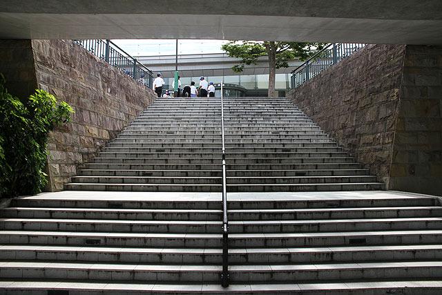 この階段を上がった先に原爆資料館入り口がある。