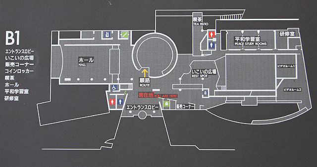 館内の案内図。左上にB1の文字。