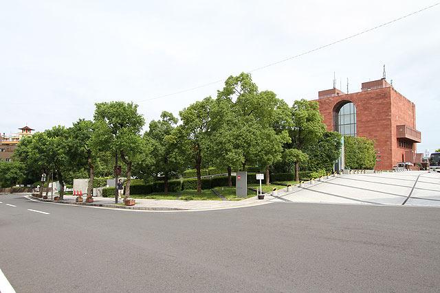 レンガ色の歴史民族資料館の建物に向かって進んでいく。