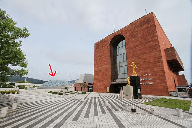 その隣にあるドーム型のものが原爆資料館。
