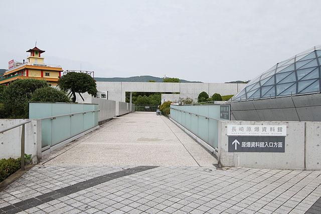 原爆資料館入り口へと向かう通路。