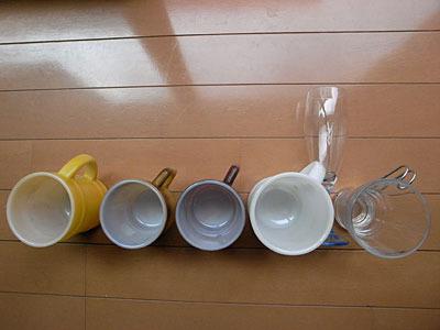 並んだコップだって。
