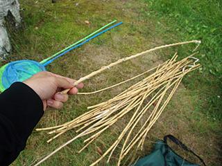 ザリガニ釣りの公式釣り具は、棒と紐のシンプルな構成。小学生以下は網の使用も可。