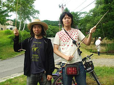 なんやかんやの腐れ縁、Hくん(写真右)をパートナーに参戦。後ろに写っている自転車で来た訳ではないよ。