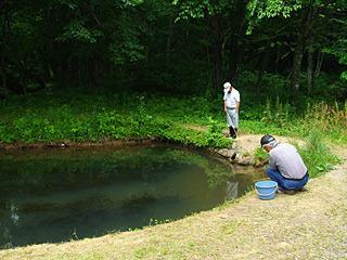 地元の爺さんが池でフナでも釣っているような写真だが、彼らも大会参加者だよ。