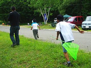 お礼もいわせずに走り去っていく子供たち。どうやら主催者側の子供たちだったらしい。ザリガニ義賊か。
