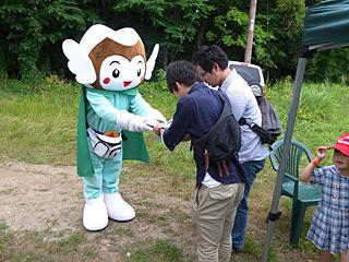 裏磐梯のマスコットキャラクター、バンダイくんから記念品の授与。