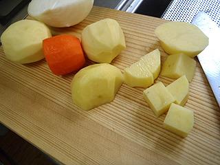 指示通りジャガイモ、ニンジンを1.5cm角に切り分ける。タマネギは小口切りに。