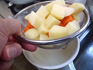 野菜のダシを使うという事か。それとも水をムダにしない工夫か。
