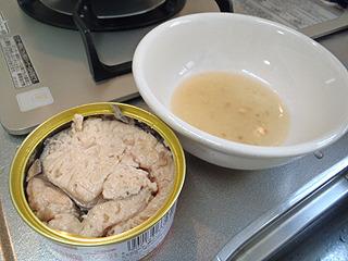 鮭缶の汁もとっておきます。こちらも後で使う。