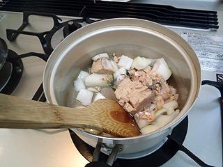 まず鍋にラードを入れて熱して、鮭肉とタマネギを入れて掻き混ぜる。要するにサッと炒めろということか?