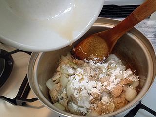 小麦粉を入れて攪拌。煮汁と鮭の汁を投入。200mlぐらい入れればいいのか?