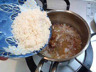煮立てたら味噌と砂糖を投入。