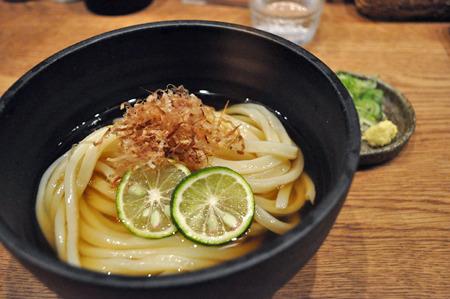 ミニ冷やかけ350円。讃岐では冷たいイリコのお出汁でうどんを食べることも 多いのだとか。最近大阪でも讃岐系のうどん屋さんで出す所が多くなっている。