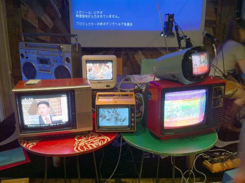 会場に集められたアナログテレビ。これだけでも古い景色だが…