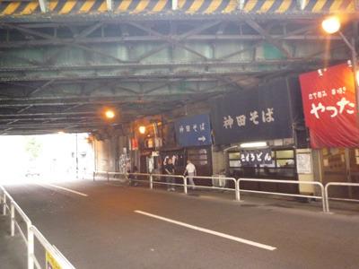 神田駅すぐ横の高架下、さっそく「神田そば」て店が。