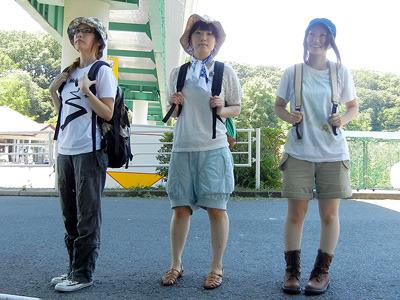 左から友人Aさん、私、Sさん。それぞれの「旅に出る格好」。